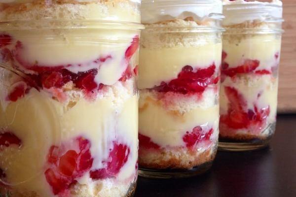 Aprenda a preparar bolo de pote de morango com esta excelente e fácil receita. O bolo de pote de morango que apresentamos aqui no TudoReceitas.com é um dos mais...