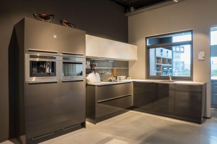 Hoekkeuken uit de Huyscollectie van Van Wanrooij keuken, badkamer & tegel warenhuys in de moderne woonstijl. De keuken beschikt over een kunststof werkblad en een geïntegreerde spoelbak. Compleet met luxe inbouwapparatuur van Bauknecht. http://www.vanwanrooij-warenhuys.nl/product/huyscollectie-keuken-bu/