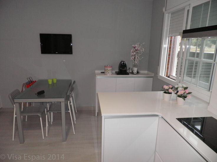 Laminado blanco brillo con tirador integrado encimera - Cocinas blancas brillo ...