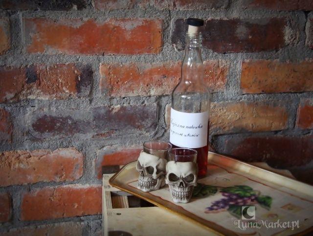 Mały kieliszek do wódki lub nalewek, szklany, w oprawie w kształcie małej czaszki. Ciekawy gadżet, świetny na oryginalny prezent :)  #kieliszkizczaszkami #gotyckiekieliszki