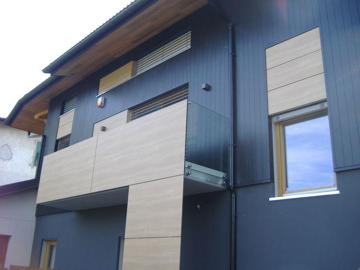Nostra realizzazione di balcone con pannelli HPL e vetro trasparente