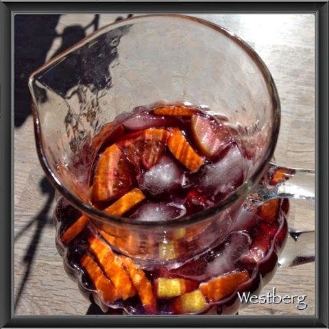 Hermed en fremragende, men også lidt stærk opskrift på en sangria med citrus.. Server den en varm sommeraften med tapas i rigtig spansk stil...