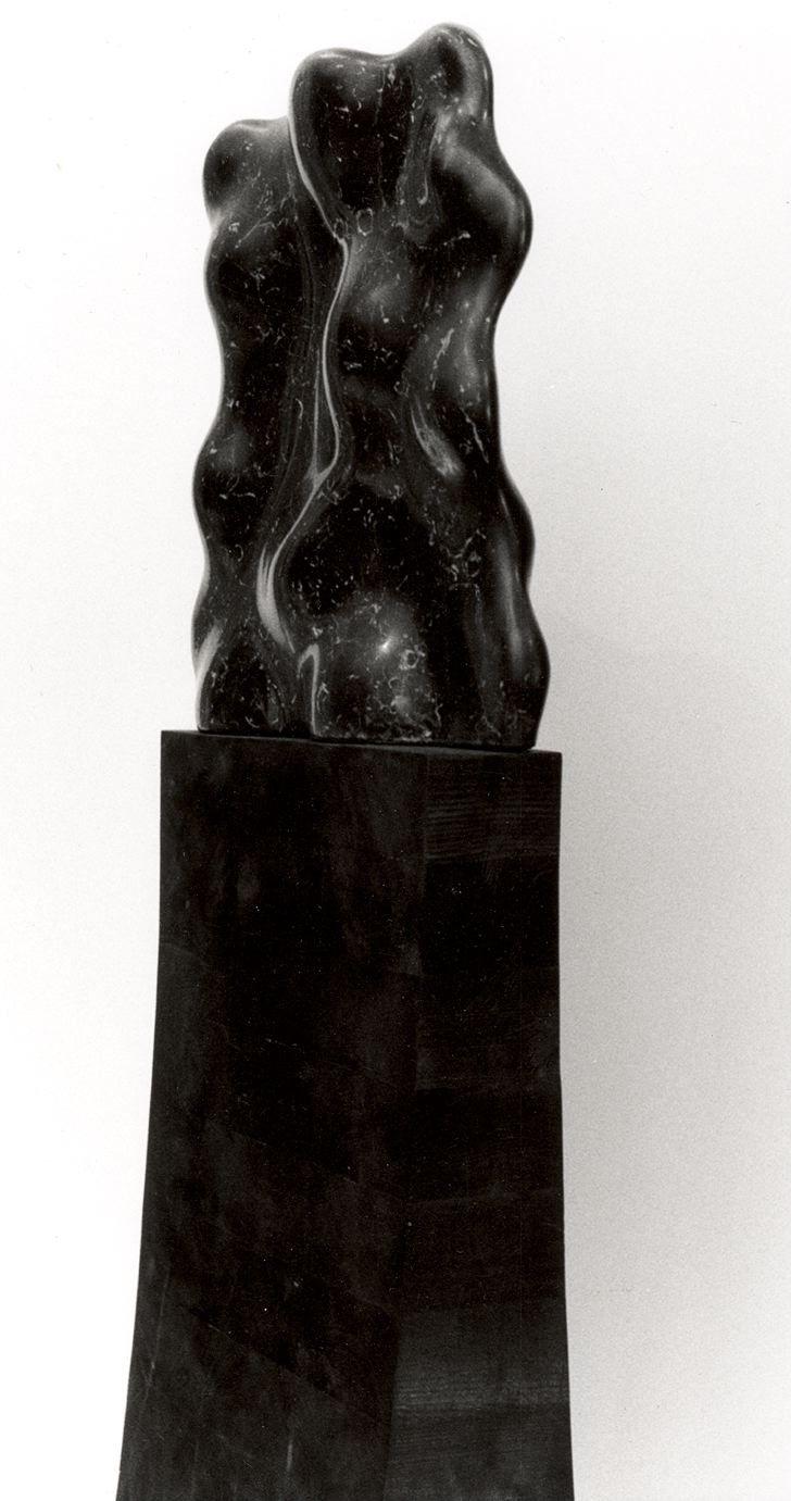 Scultura nera 1988, marmo nero marquinia e legno, Oslo, Dora Bendixen http://musapietrasanta.it/content.php?menu=artisti