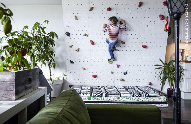 Wil je meer tijd doorbrengen met de kinderen maar heb je het te druk? Tover een matras om tot speelmat en kies samen met je deugniet voor leuke binnenhuisspelletjes! Ontdek onze slimme én eenvoudige ideeën voor kamerdelen met kinderen en volwassen. #IKEABE #IKEAidee  Do you want to spend more time with the kids? Transform a regular mattress into a play mat for fun indoor games! Discover our smart and simple ideas for room sharing with children and adults. #IKEABE #IKEAidea