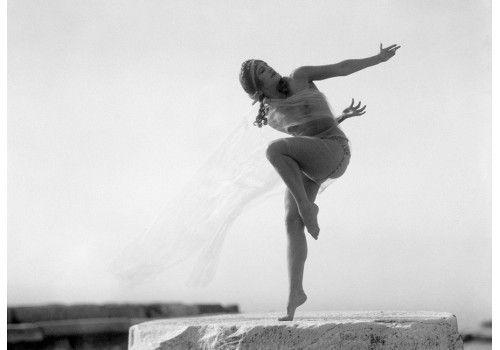 Nelly's, Η Ουγγαρέζα χορεύτρια Nikolska στην Ακρόπολη, Αθήνα 1929 (Benaki Museum: Photo of a dancer in Acropolis)