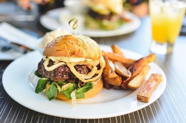 Aprende a preparar hamburguesas de carne molida con esta rica y fácil receta. Disfruta de unas jugosas hamburguesas a la parrilla hechas con carne molida. Recetas...