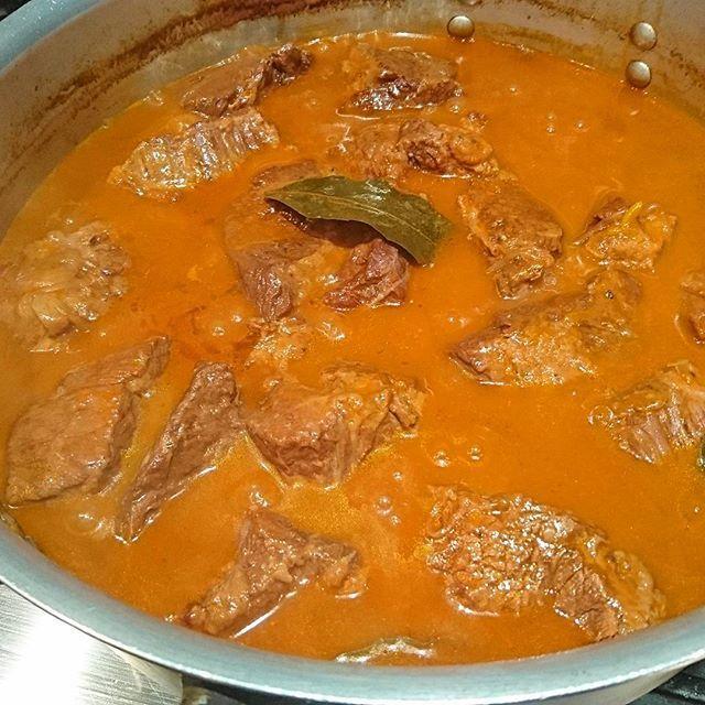 コトコトと牛肉を煮込んでいます…明日は牛肩肉の黒胡椒赤ワイン煮込み! ランチのスペシャルですよ! Sto preparando il peposo di manzo per  pranzo domani! lifeson#pasta#pastafresca#food#foodie#foodporn#foodstagram#cook#cookingram#yoyogipark#sanguubashi#tokyo#ライフサン#パスタ#手打ちパスタ#代々木公園#渋谷#参宮橋#肉#ビストロ#ヴァンナチュール#自然派ワイン#無農薬野菜#vin#vinnature#biowine#biologico#biodinamico#bistro#restaurant