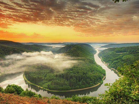 Das Saarland hat einen der verträumtesten Orte für Romantiker zu bieten -  Blick auf Saarschleife und Burg Montclair