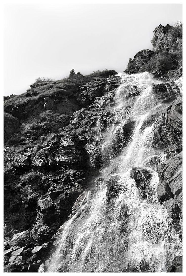 Cascada en el conocido camino de Transfăgărășan, Rumania.  Waterfall on the Transfăgărășan road in Romania.