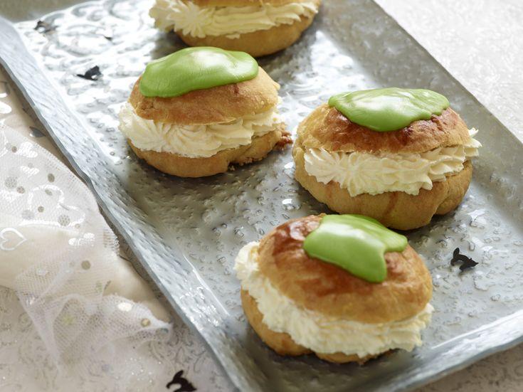 Festlige fastelavnsboller med grøn glasur, flødeskum og remonce