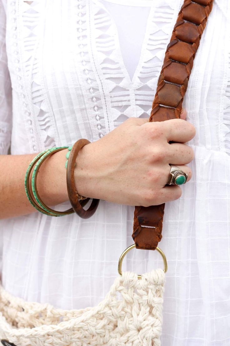 How to add a leather strap to a crochet or knit bag using D-rings. This leather strap is a belt from a thrift store!