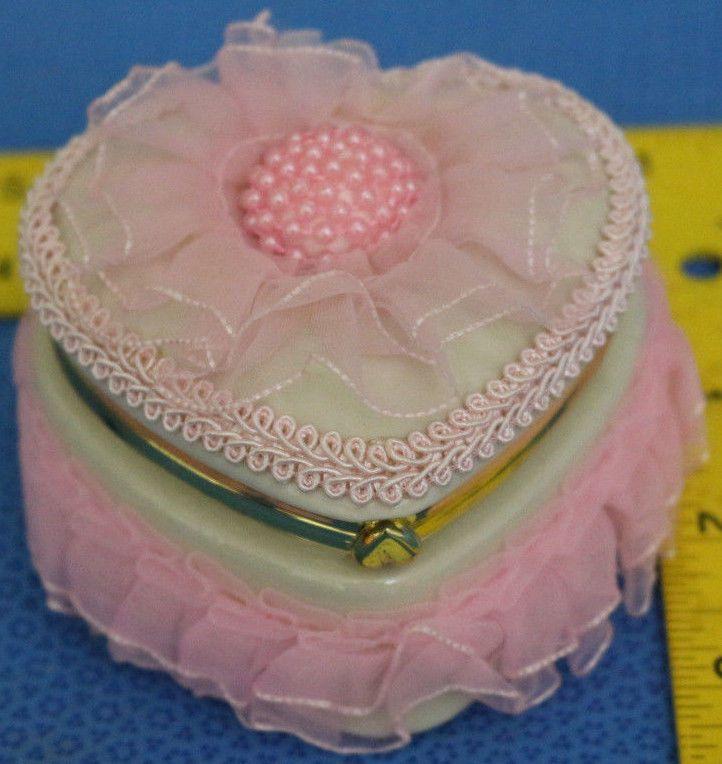 LACE CERAMIC HEART SHAPED TRINKET KEEPSAKE JEWELRY BOX PINK WHITE GOLD TRIM