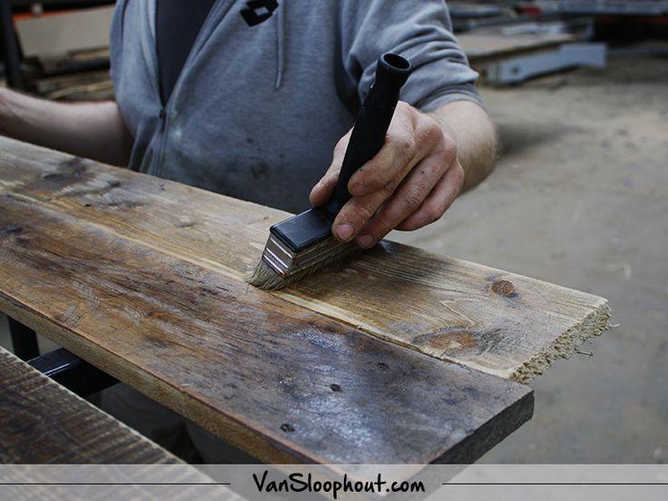 Sloophout behandelen! Wil je aan de slag met deze industriële gebruikte planken? Maak er een bed ombouw, tafel, vloer of wandbekleding van. Dit is allemaal mogelijk met deze planken. #sloophout #reclaimedwood #oudhout #wandbekleding #vloer #meubelen #meubels #interieur #interior #wonen #woontrends #home #living #industrieelwonen #landelijkwonen #wooninspiratie