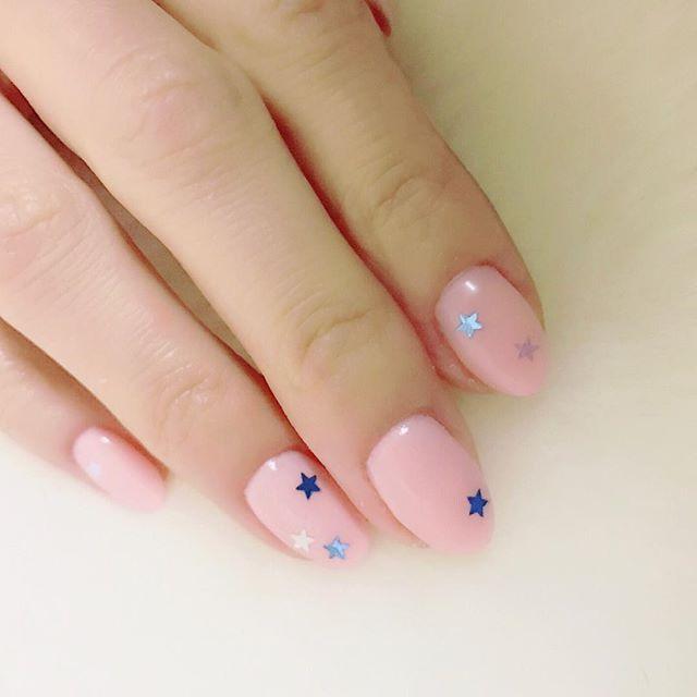 マイネイル右手。久々にナチュラルカラーに✨ PREGEL 105と103をワンコートづつ。 ☆ホログラム #nail #nails #nailart #ネイル #美甲 #ネイルアート  #clou #nagel #ongle #ongles #unghia #japanesenailart #pinknails #ピンクネイル #ナチュラルネイル #naturalnails #PREGEL