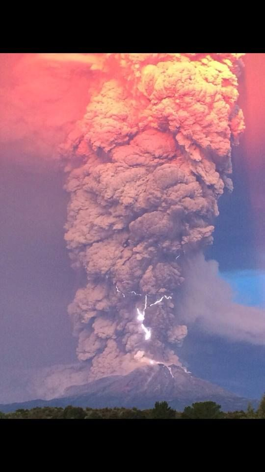 Incredible scene as Chilean volcano Calbuco erupts for the first time in 63 years (April 22, 2015) - via Nitza on Twitter