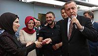 Başbakan Recep Tayyip Erdoğan'ın, Avrupalı Türk Demokratlar Birliği'nin 10. kuruluş yıl dönümü dolayısıyla geldiği Avusturya'nın başkenti Viyana'da nişan yüzüklerini taktığı Muhammet Koçman ve Oya İçten çifti, büyük mutluluk yaşıyor.