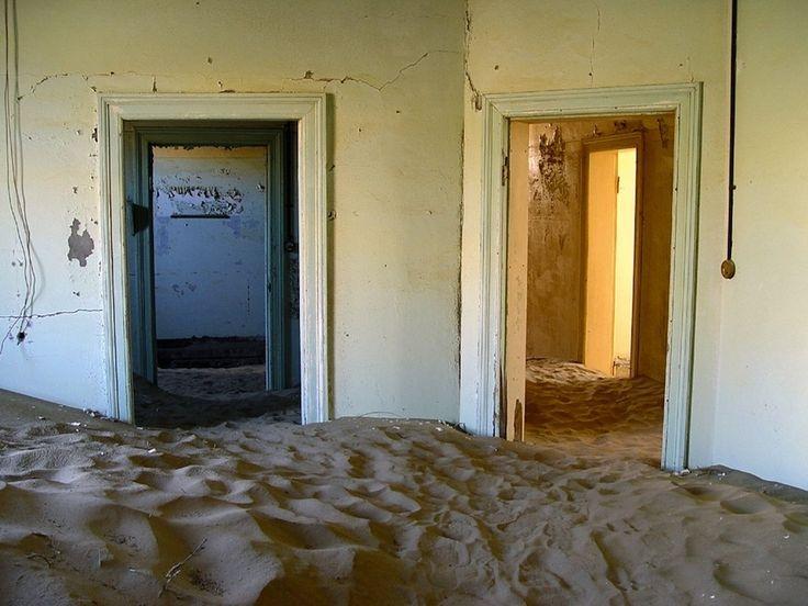 Kolmanskop è una città fantasma nel deserto delNamib, a sud della Namibia.    Si tratta di un gioiello architettonico in stile coloniale tedesco.