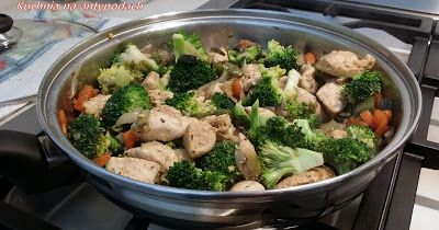 Duszona pierś z kurczaka z brokułami.