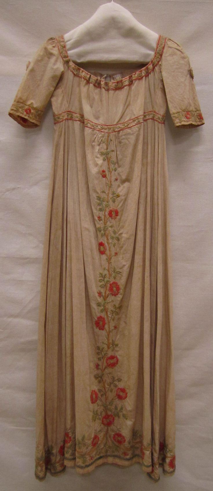 Japon | gown, ca. 1800-1825, katoen met groene wol geborduurd | cotton with embroidery in green wool, Gemeentemuseum Den Haag. #gemeentemuseum #janeausten #modemuze