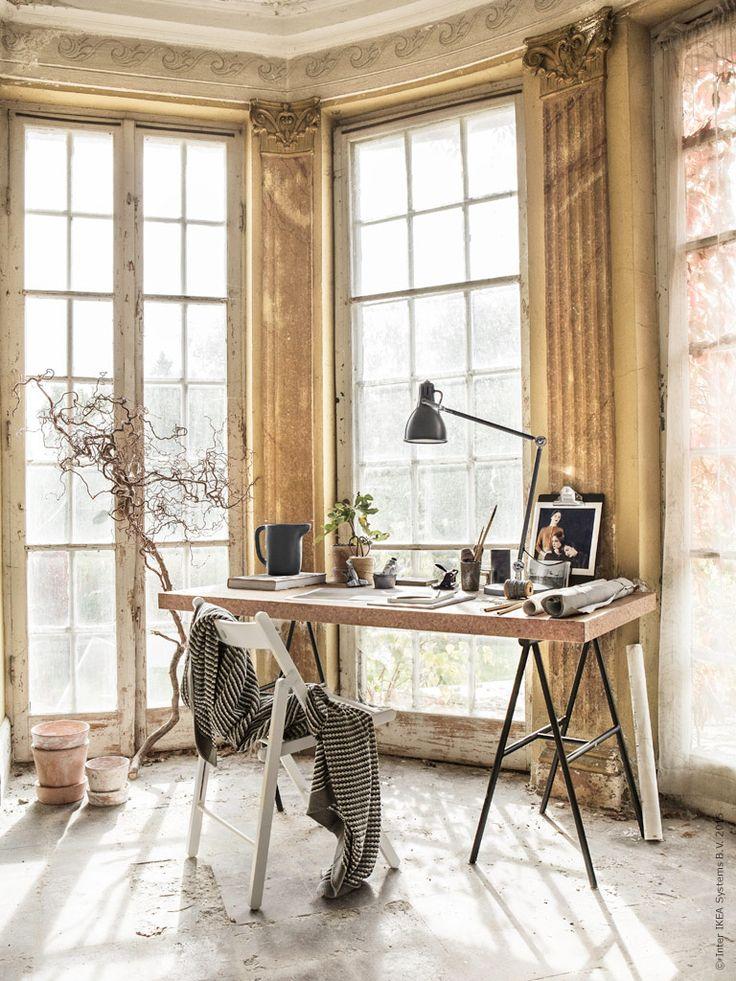 Ett SINNERLIG arbetsbord på benbockar är otroligt lättplacerat. Låt det hitta sin plats i ditt mest inspirerande hörn, där ljus och idéer får flöda.