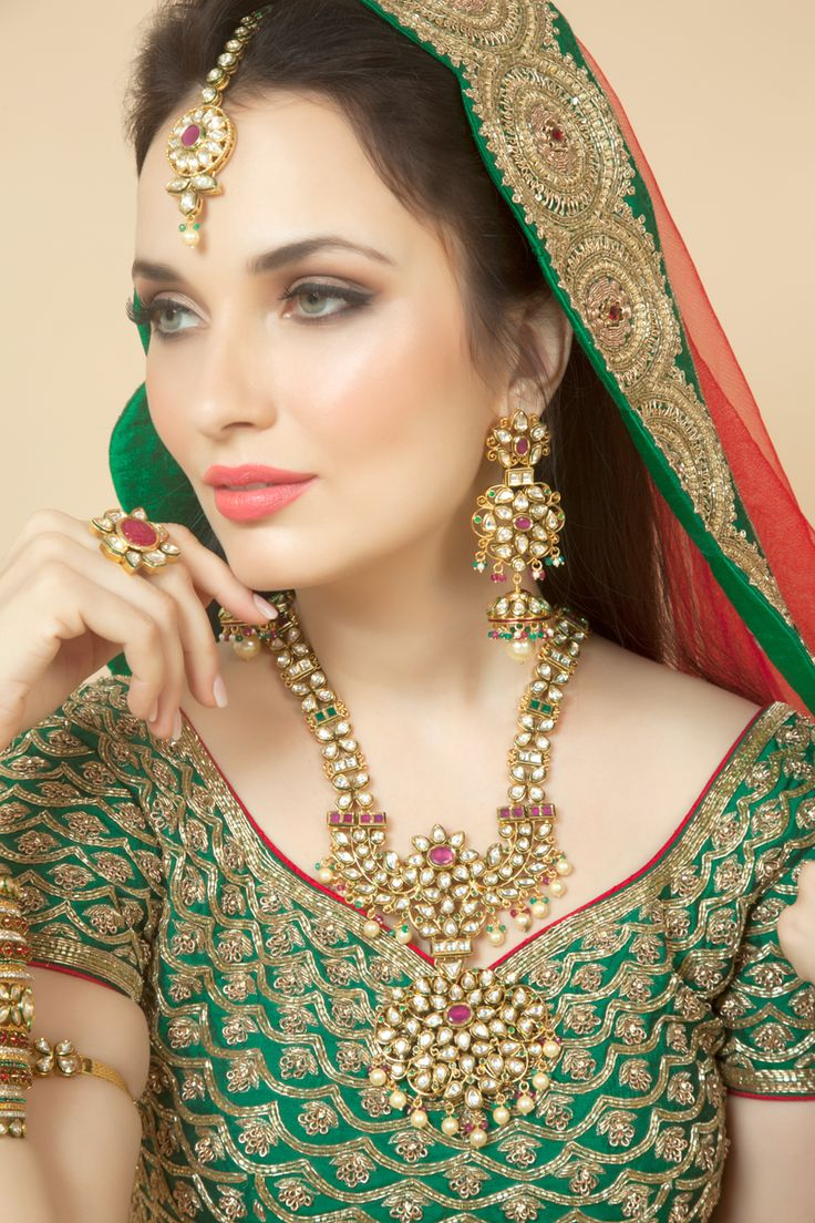 Vilandi necklace with ruby and emerald green stone in gold plating. Item number J15-213