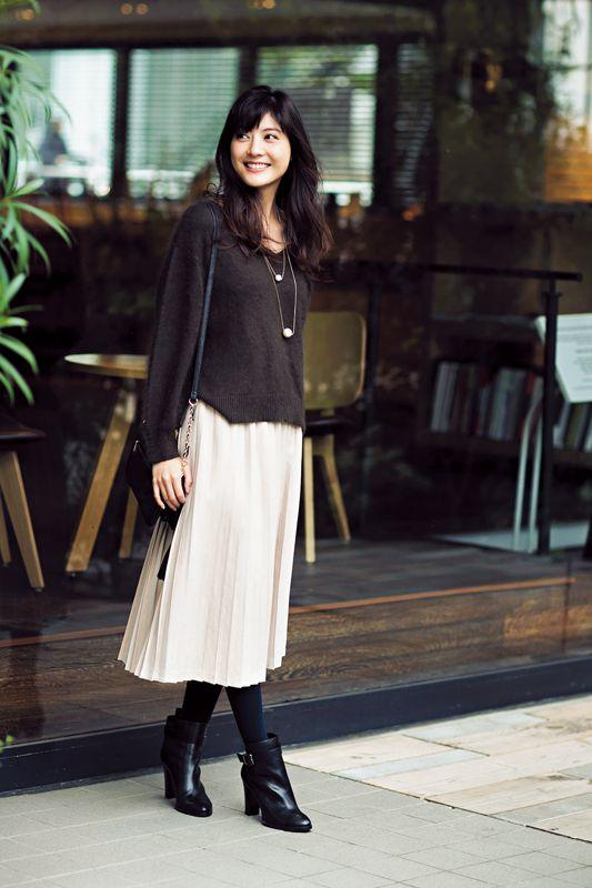 カーキニット×白プリーツスカートで、トレンド感あふれる美女シンプル♪ | DAILY MORE