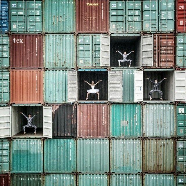 """JR – Ballerina in Le Havre – Fubiz™  initiative réalisée dans le cadre du festival Terre d'Eaux et proposant en plus de découvrir des représentations de danseuses avec le spectacle """"Danse avec les grues""""."""