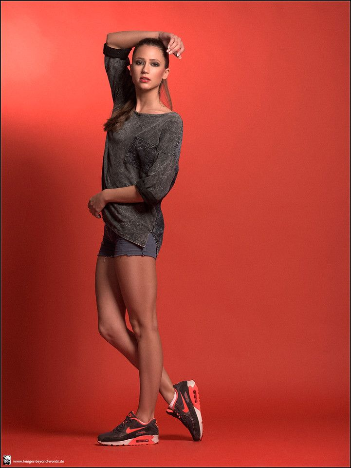 Images Beyond Words, Fashion Book, Fashion, High Fashion, Serge Daniel Knapp, Heidelberg, female model, model, topmodel, editorial, fashion editorial, sporty, look, relaxed, red background, Lidia, light, studio, beauty, brunette, long hair, ponytail