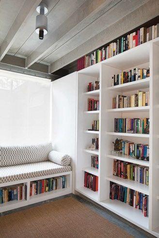 El sofá es parte del diseño que tiene en cuenta el hábito del lector y para aprovechar los espacios