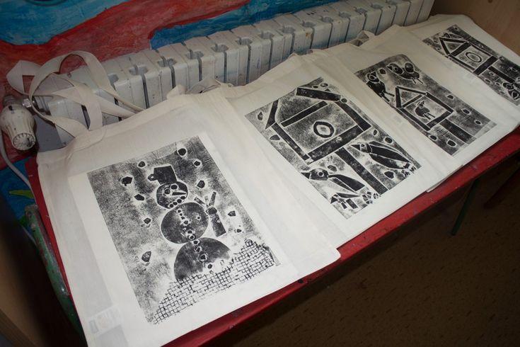 Papírotisk na látkové tašce. Práce předškoláků našeho výtvarného kroužku.