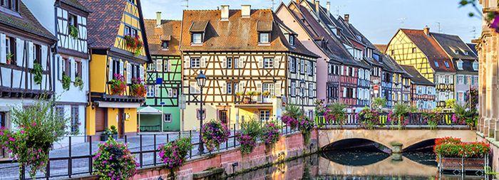 色とりどりの家々が運河沿いに立ち並ぶ、まるでおとぎの国のような「コルマール」。「ハウルの動く城」の舞台にもなった、フランス東部、アルザス地域にある街です。