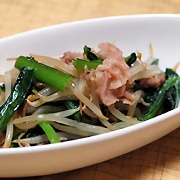 【しゃきっと小松菜ともやしの炒め物】貧血予防や乾燥対策に  材料(2人分)    小松菜 … 1株 もやし … 1袋 豚肉 … 100g 中華味 … 小さじ2 塩・こしょう … 少々 サラダ油 … 大さじ1  (1)小松菜は洗って、4センチの長さに切りそろえる。  (2)フライパンにサラダ油大さじ1を熱して豚肉を炒め、小松菜、もやしを加え、中華味を入れてよく炒める。  (3)最後に塩・コショウで調味する。