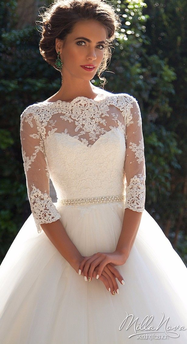 Robe de mariée Milla Nova : princesse avec de la dentelle, manches longues, décolleté illusion
