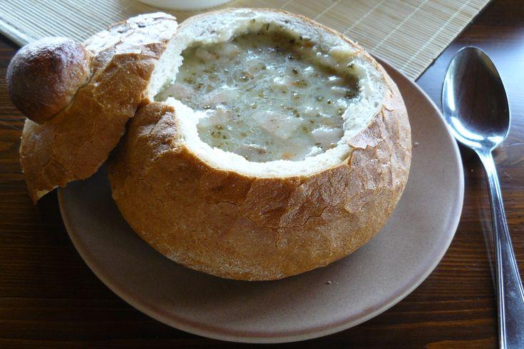 Sour soup from fermented rye flour Kolejny staropolski klasyk: żur. Podobnie jak barszcz i ta zupa jest jedzona na wszystkich terenach zamieszkanych przez Słowian północnych. Istnieje oczywiście wiele różnych wariantów, ale prawdę mówiąc: wszystkie są bardzo dobre! Żur jest to zupaprzyrządzana na baziezakwasuz razowejmąkiżytniej mająca charakterystyczny kwaśny smak. Specjalność regionalnejkuchni polskiej, białoruskiej,