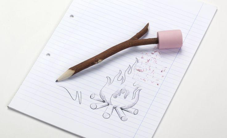 Marshmallow - Ototo. Heb je wel eens marsmallows boven een vuurtje geroosterd? Dit idee diende als basis voor dit opvallende potlood met gum.