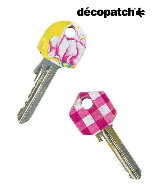 Schlüssel vergessen oder verlegt? Mit farbigem Décopatch-Papier beklebt, passiert das bestimmt nie wieder :-) #décopatch #decopatch #papier #schlüssel #keys #DIY #selbermachen #basteln #bekleben #bunt #decopatchpapier