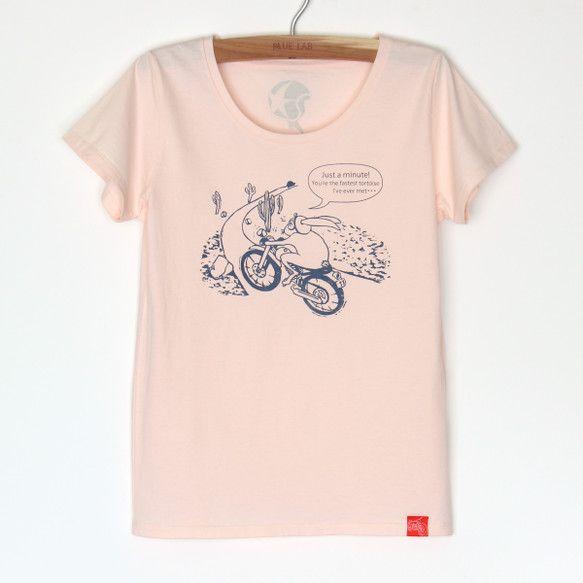 何を求め、ウサギくんは走る? シャーベットピンクにネイビーのプリント。 薄手で、やわらかい手触りのTシャツです。 襟ぐりは大きめで、からだにほど良くフィット...|ハンドメイド、手作り、手仕事品の通販・販売・購入ならCreema。