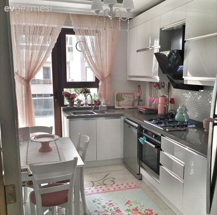 Beyaz mutfak, Halı, Modern mutfak, Mutfak, Mutfak masası, Pembe, Perde