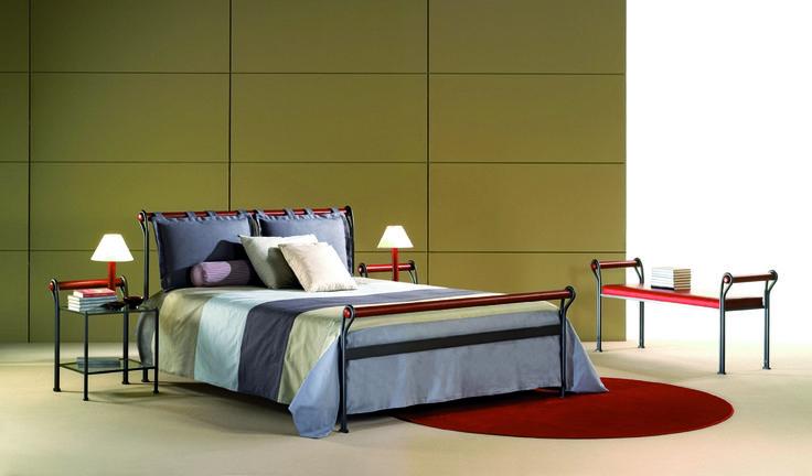 Stilig sovrum : säng, sängbord, lampor och sängbänk - www.vallaste.se