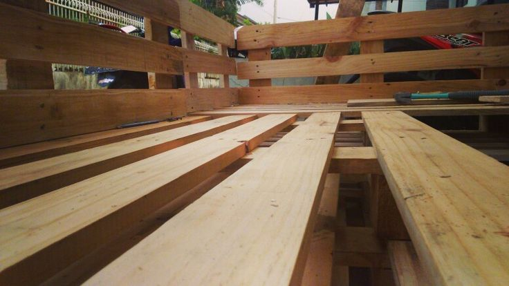 Sudut pandang lain. Furniture from pallet wood