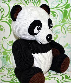 7892e841f58 Den søde hæklede panda skal nok gøre lykke hos de små som sovedyr eller  bare til pynt. | Tøjdyr og andet sjov | Crochet panda, Panda pillow,  Crochet animals