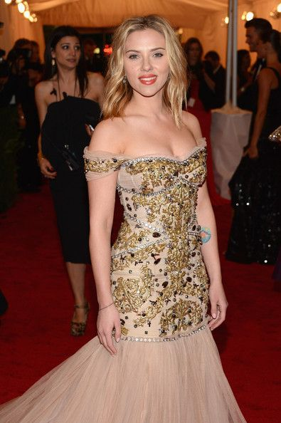 Scarlett Johansson Photos - Scarlett Johansson walks the red carpet at the Met Gala at the Metropolitan Museum of Art in NYC. - Celebs on the Red Carpet at the Met Gala in NYC