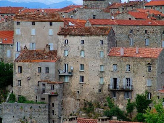 Sartène (sartè ) en corse Perchée en amphithéâtre sur les pentes du Monte Rosso, Sartène domine la vallée du Rizzanese de ses hautes maisons de granit gris. À partir du vieux quartier de Manichedda, la ville s'est agrandie vers Sant'Anna, le Borgu et Pacialedda. On entre à Sartène par le pont de la Scaledda, au pied de la vieille ville, construite sur d'énormes blocs rocheux.