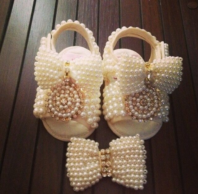 sandalia-baby-bordada-com-perolas-laco-colinha