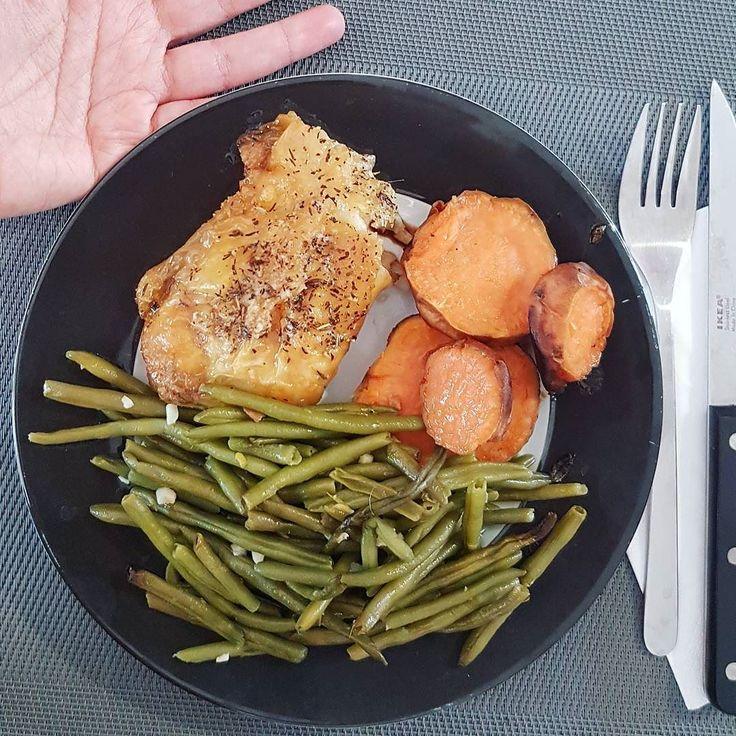 Ejemplo de #porciones. La semana pasada hice mi FB Live sobre qué cantidades comer para adelgazar y es uno de los más populares hasta ahora! No pensé que les interesara tanto saber sobre porciones   En las #igstories les estoy mostrando todas mis comidas durante el mes de julio y aquí hay una que tomo de ejemplo para hablarles de las cantidades. Esta fue mi #cena de anoche y es un #platoperfecto. La #proteína (pollo horneado) es del tamaño de la palma de la mano el #carbohidrato (que es…