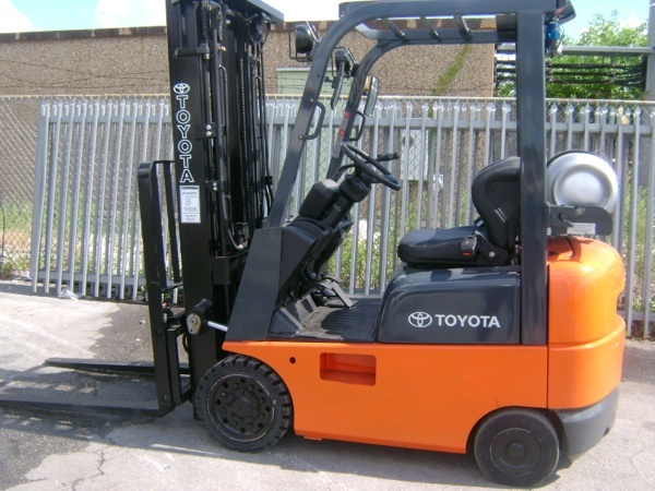 Forklift for sale in Miami 2005 Toyota model 7FGCU15, triple mast, LP Gas 3,000 Lbs side shifter $10,900