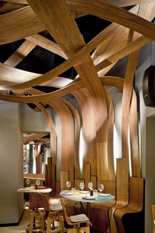 Techo de láminas de madera onduladas. Restaurante Ikibana barcelona