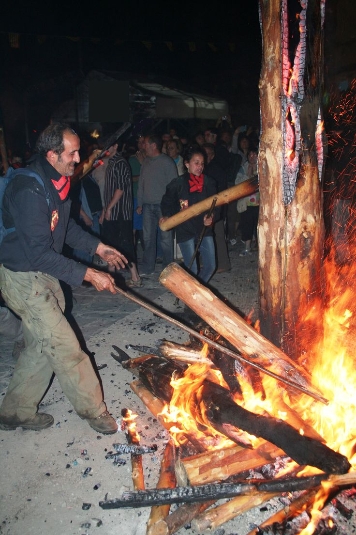 Falles d'Isil La Festa de les Falles d'Isil. La nit de Sant Joan a diverses poblacions del Pirineu cremen falles. Una tradició molt antiga que, recentment, ha estat reconeguda per la UNESCO com a Patrimoni Cultural Immaterial de la Humanitat #fire #bonfire #tradition #heritage