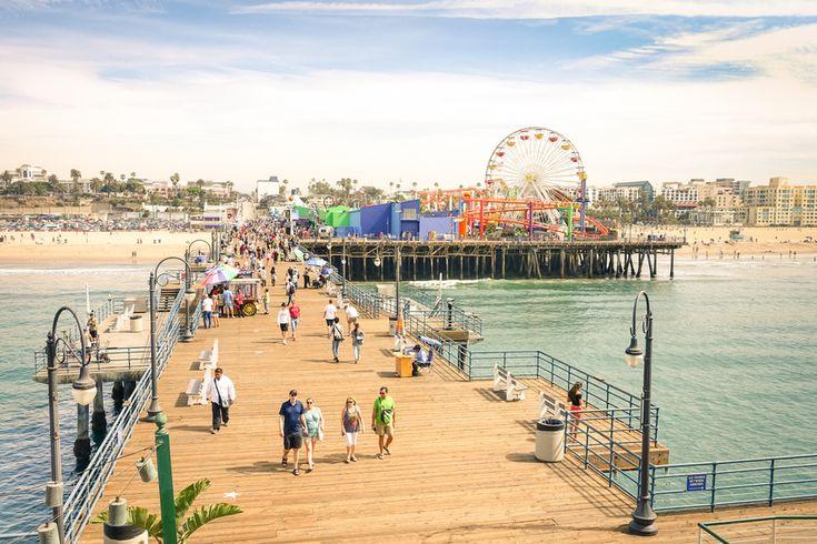 Santa Monica Pier com uma roda-gigante no parque de diversões do Pacífico