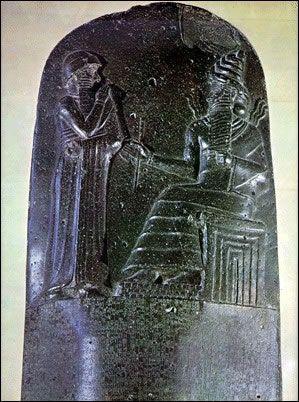 Escultura de piedra muestra Hammurabi, rey de Babilonia, antes de una deidad. Creó uno de los primeros códigos legales escritos, alrededor del año 1800 aC